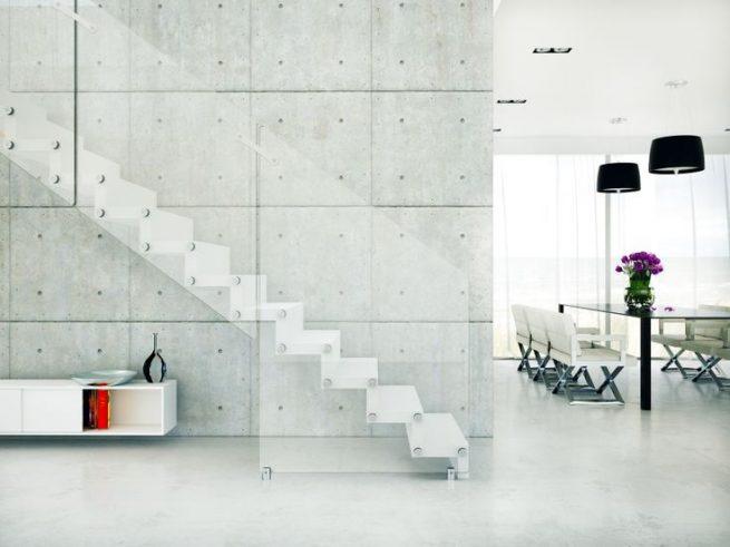 Escalera moderna con huella y contrahuella de madera con baranda de cristal