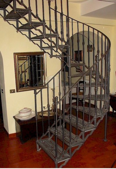 Escalera mixta con tramo recto y curvo de forja