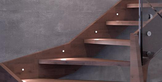 Detalle escalera minimalista con zancas de madera