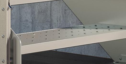 Detalle peldaños de acero perforados