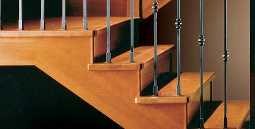 Detalle zanca y peldaños escalera tradicional de madera