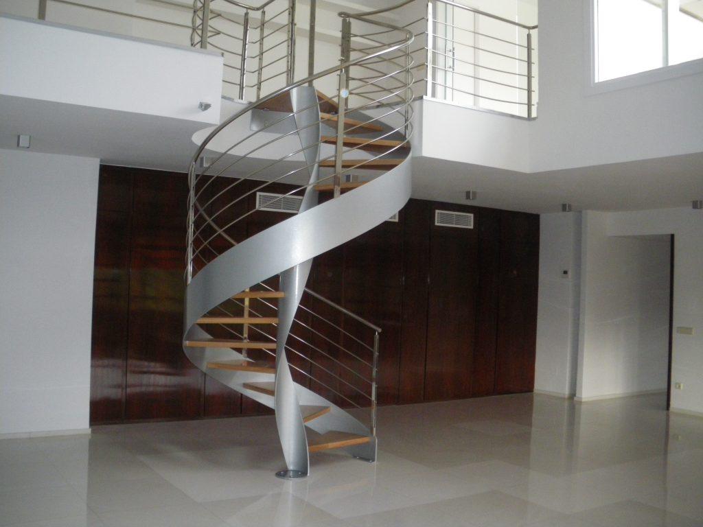 Escalera helicoidal de acero lacado y peldaños en madera