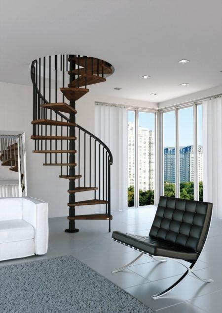 escalera de caracol clásica de madera y acero lacado