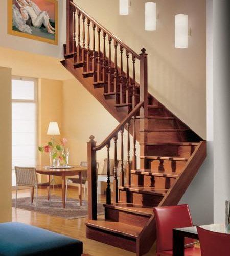 Escalera tradicional de madera con zancas de madera