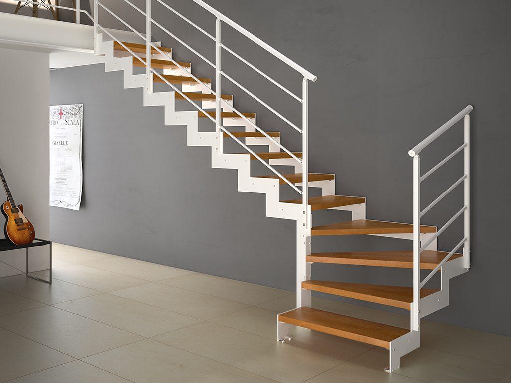Escalera de doble zanca con barandilla de acero lacado y peldaños de madera