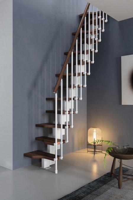 Escalera para espacios reducidos de madera tintada
