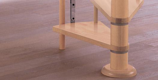 Detalle peldaños y eje central de escalera de caracol de madera