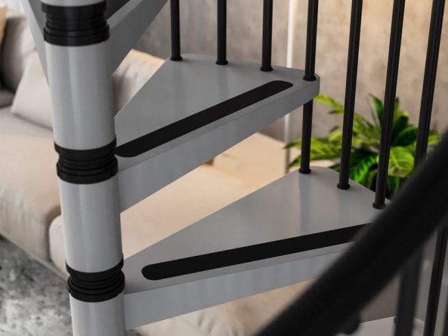Detalle peldaños metálicos con banda antideslizante en escalera de caracol para exterior