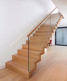 Escalera huella y contrahuella de madera y barandilla vidrio