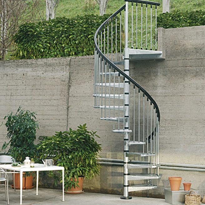 Escalera metálica de acceso a jardín