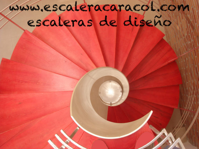 escalera helicoidal de madera roja