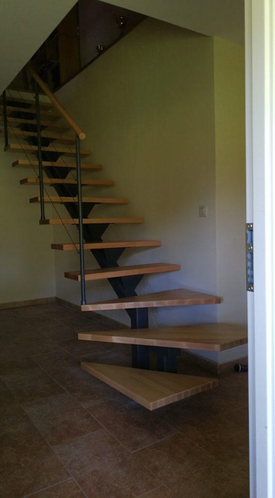Escalera recta de viga central con peldaños madera