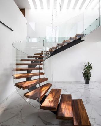 escalera helicoidal moderna de madera y cristal