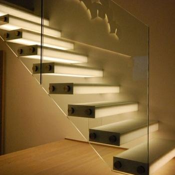 Escalera recta con peldaños flotantes e iluminacion LED