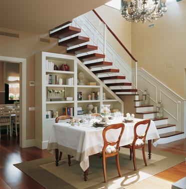 Escalera de dos tramos con peldaños flotantes de madera