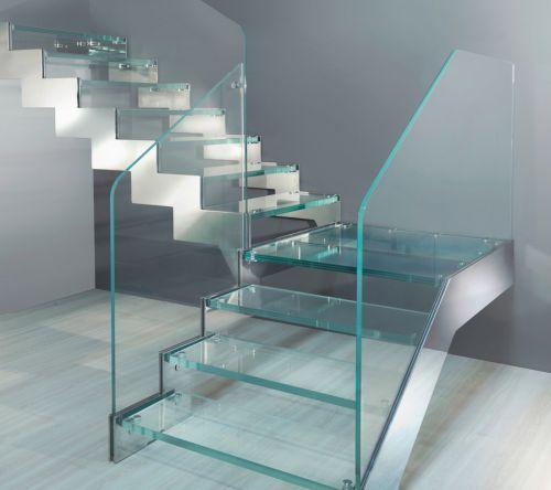 Escalera recta de tramos con peldaños y barandilla de cristal