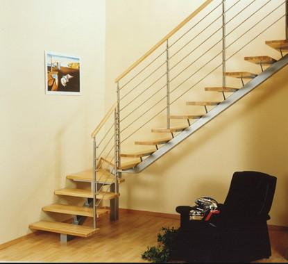 Escalera monoviga de dos tramos y peldaños de madera
