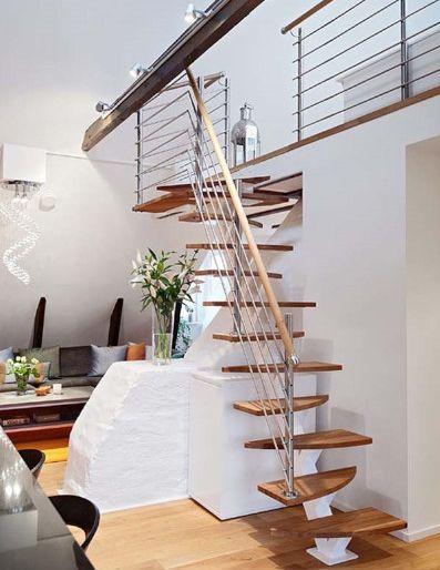 Escalera recta moderna de madera para pequeños espacios