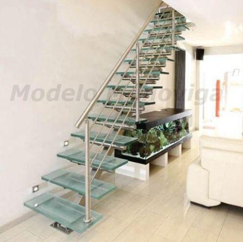 Escalera recta monoviga con peldaños de cristal