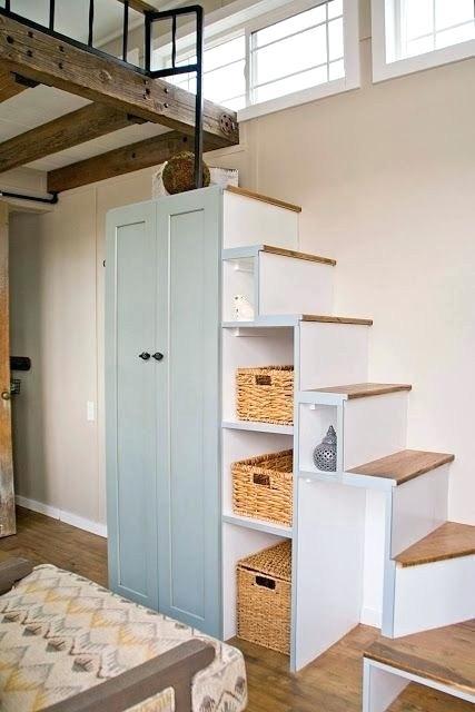 Armarios y estantes bajo escaleras