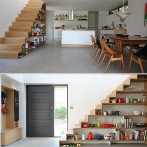 estanteria con libros bajo escaleras modernas